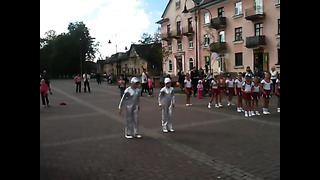 Crianças dançando durante um evento cultural na Estonia