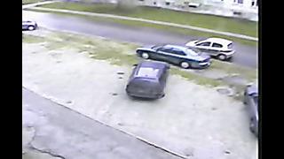 Car driver in Estonia hits a parked car in a peculiar way - Odun sürücü kamerada