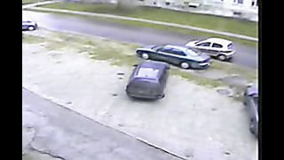Car driver in Estonia hits a parked car in a peculiar way-Boş yolda trafik kazası