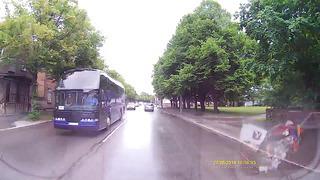 Sõiduauto ja bussi kokkupõrge 27.06.14, Pärnus (HD)
